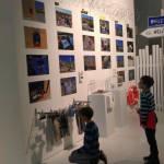 Auch ernste Themen wurden ausgestellt. Dieser Künstler hat sich in seinem Werk mit Flüchtlingen beschäftigt.