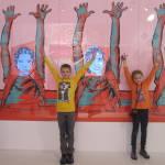 Kinder dieser Welt heben die Hände für den Frieden!